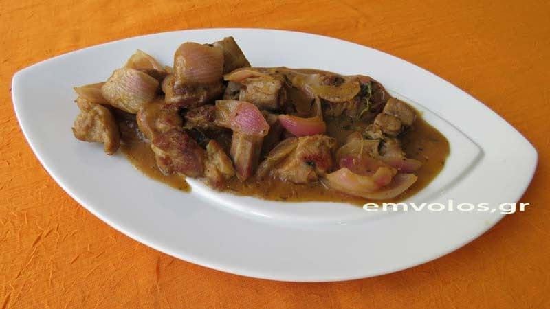 Τηγανιά χοιρινό με κρεμμυδάκια, κρασί και μέλι