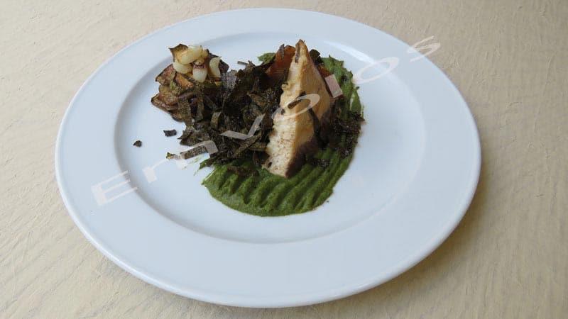 Μαγιάτικο με πουρέ σέλινου, λαχανικά σοτέ, ψητό σκόρδο και φύκια nori