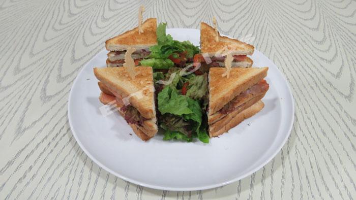 Το καλοκαιρινό διώροφο club sandwich νόστιμο και χορταστικό!
