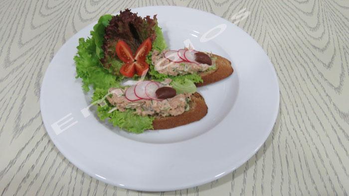 Δροσερή Τονοσαλάτα σε ανοικτό σάντουιτς
