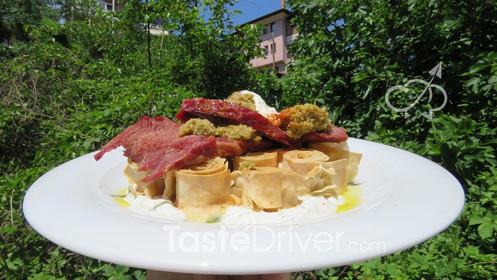 Ποντιακό σιρόν με μοσχαράκι, σάλτσα ταρατόρι και πάστα ελιάς