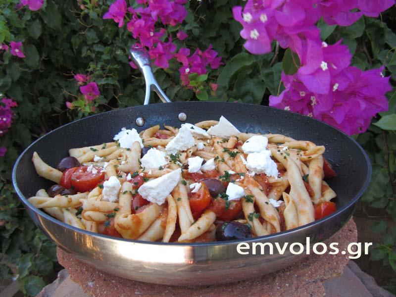 Μακαρόνια χερίσια με σάλτσα ντομάτας και ελιές