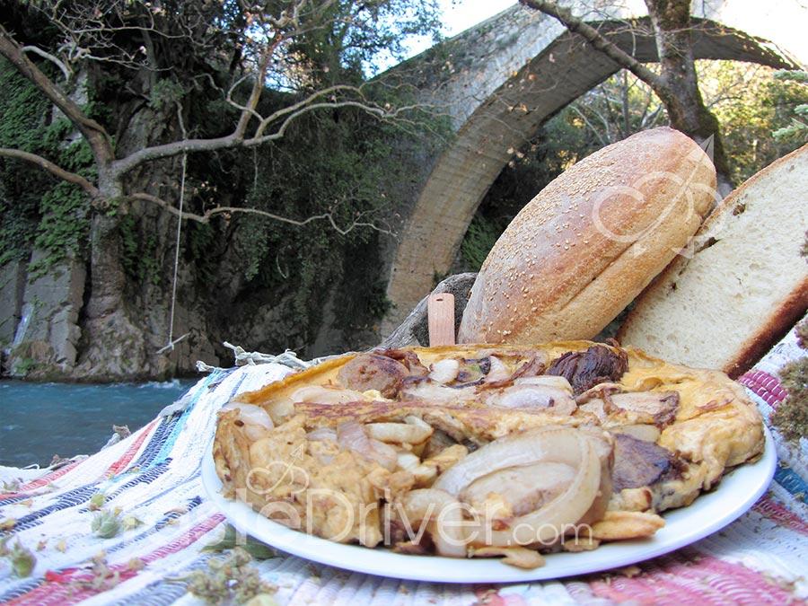 Ομελέτα με παστό χοιρινό και καραμελωμένα κρεμμύδια