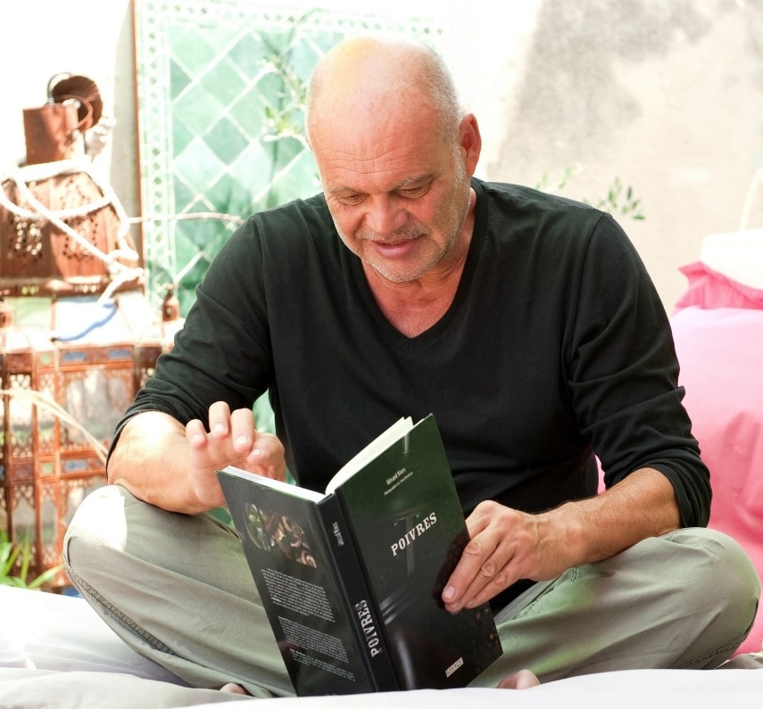 O Gerard Vives διαβάζει