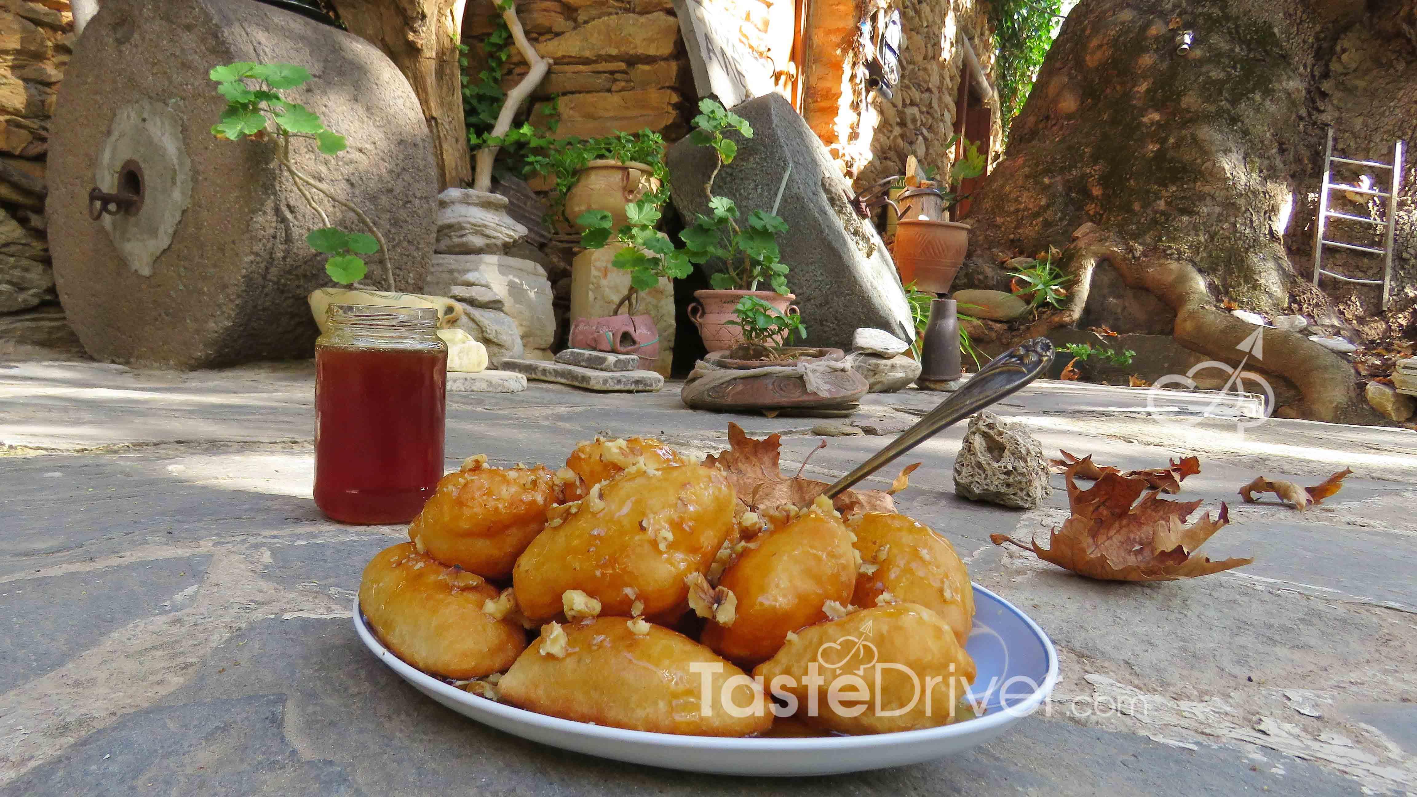 λουκουμαδοτηγανίτες, μέλι, κανέλα