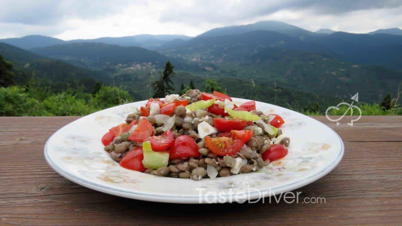 Yπερσαλάτα με φακές και πολύχρωμα λαχανικά
