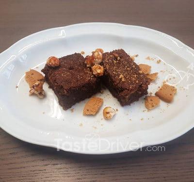 Μπισκοτένιο κείκ σοκολάτας με φουντούκια