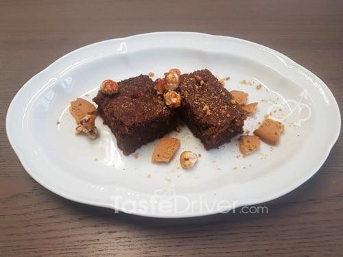 Μπισκοτένιο κέικ σοκολάτας με φουντούκια