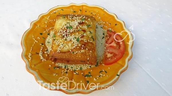 Φέτα ΠΟΠ τυλιγμένη σε φύλλο με μέλι και σουσάμι. Χάρμα γεύση με ελληνική ταυτότητα