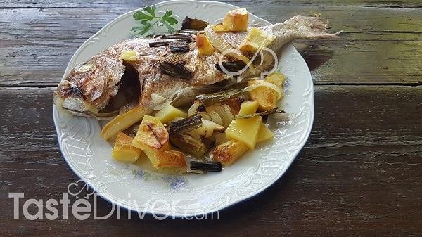 Ψάρια φουρνιστά με πατάτες και αρωματικά