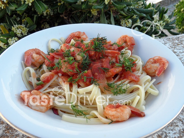 Linguine with shrimp and tomato sauce