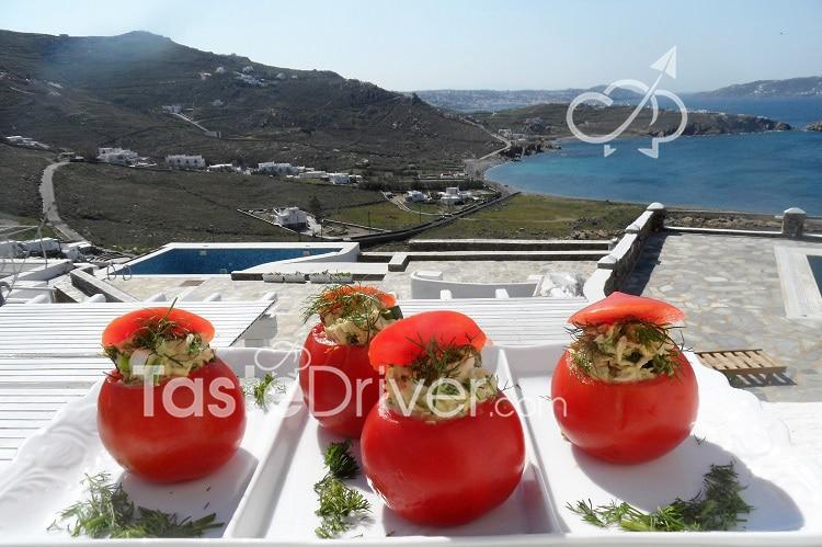 Ντομάτες γεμιστές με τόνο και αρωματικά